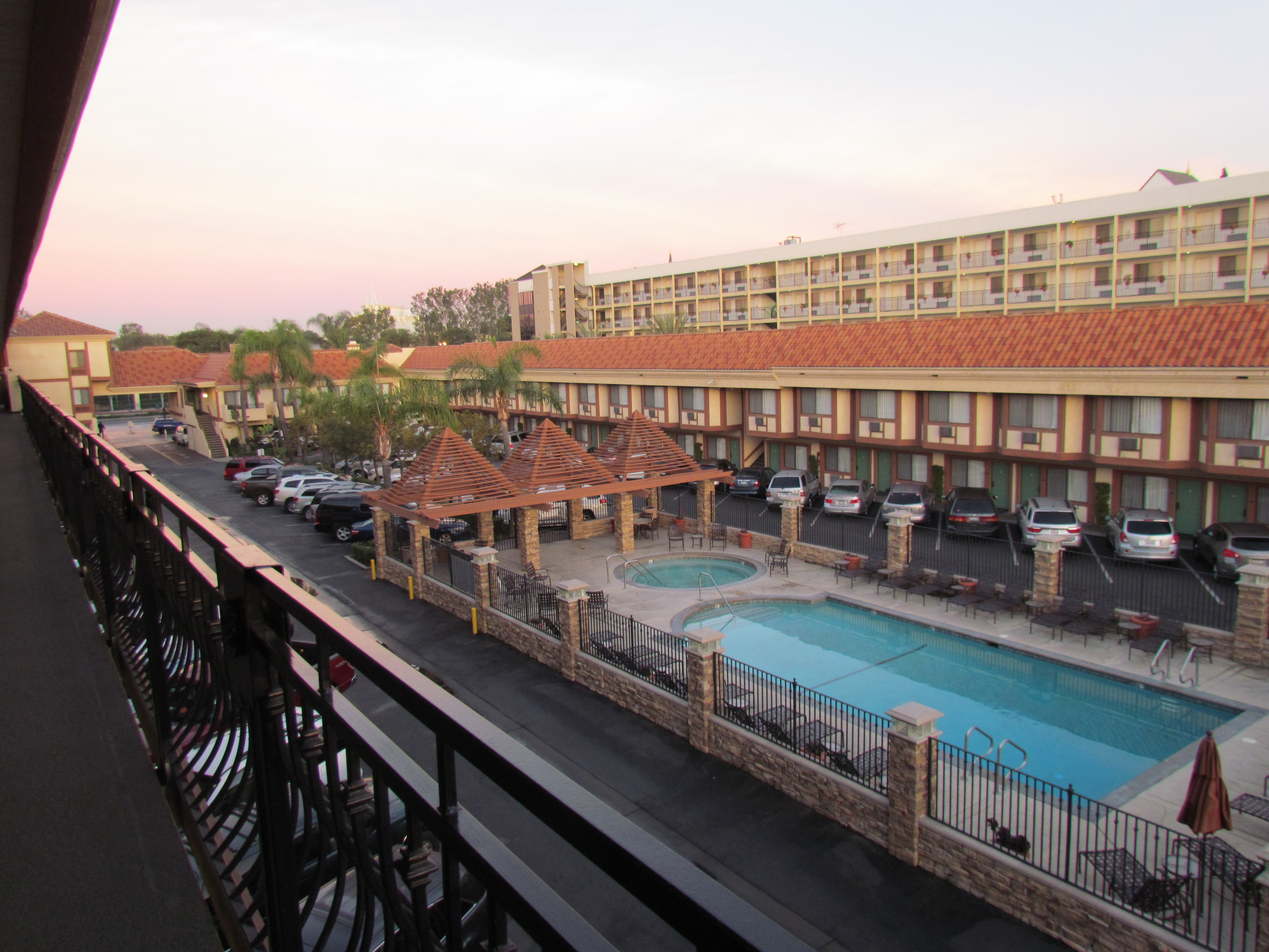 Disneyland Good Neighbor Hotel: Tropicana Inn & Suites Review ...