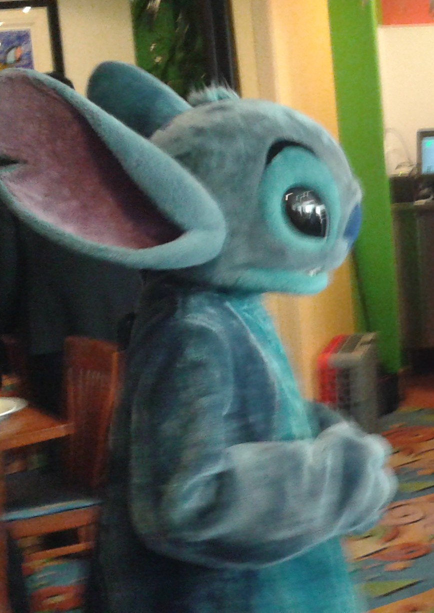 Meeting Stitch At The Mickey And Friends Surf S Up Breakfast At The Disneyland Resort Tips