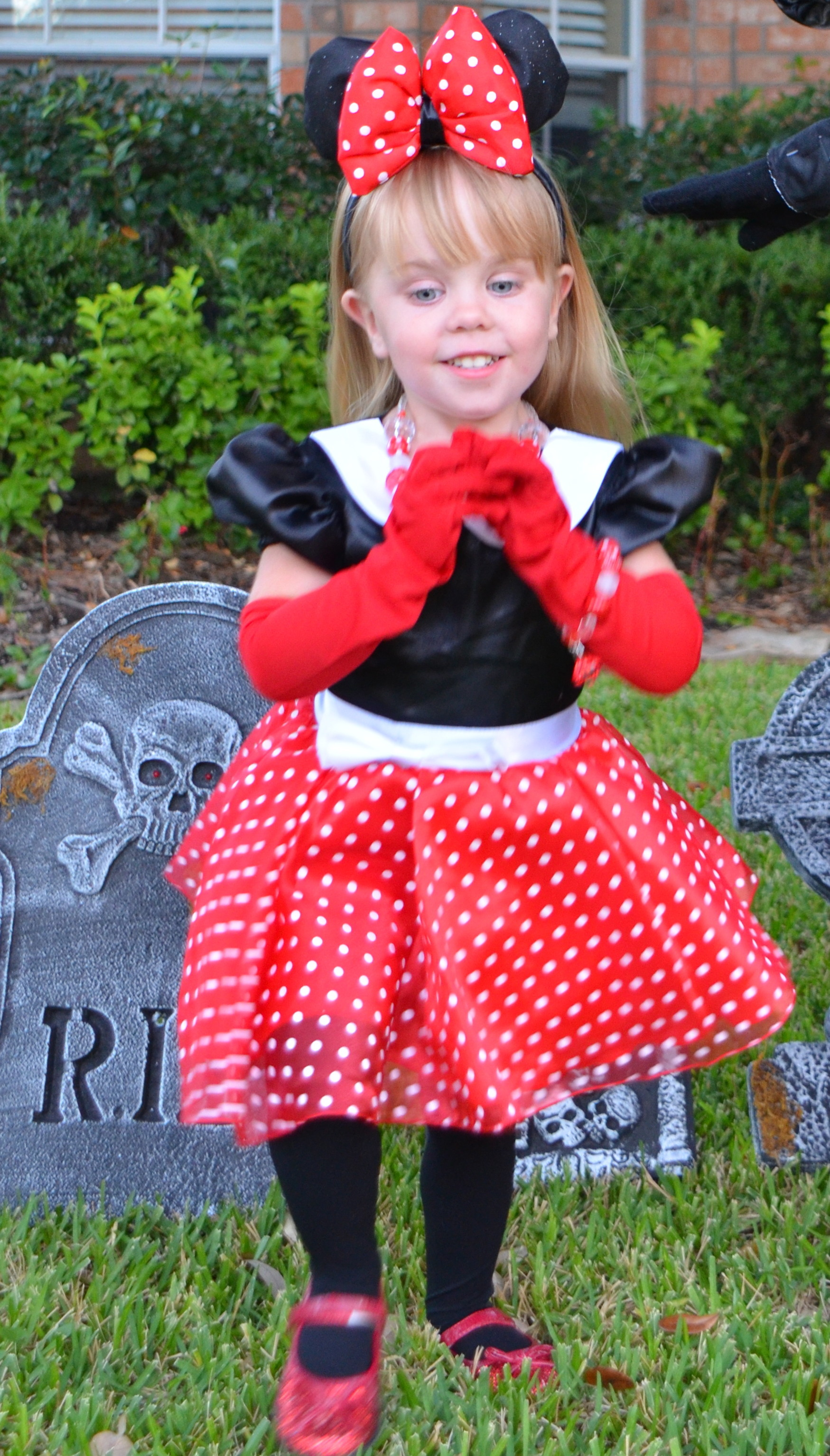 Disney halloween costumes to theme or not to theme tips from the minnie costume solutioingenieria Images