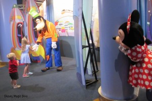 goofy (with minnie peeking around corner)